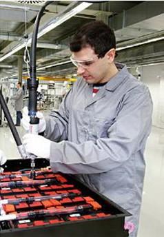 Rexroth makinesiyle çalışırken iki elini kullanan adam